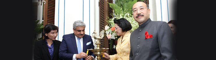 Inaugurating the Festival of India by lighting the lamp by Mr. Anil Wadhwa, Secretary(East) (2nd from left)and Dr. Nalinee Taveesin, Thailand Trade Representative(third from left).