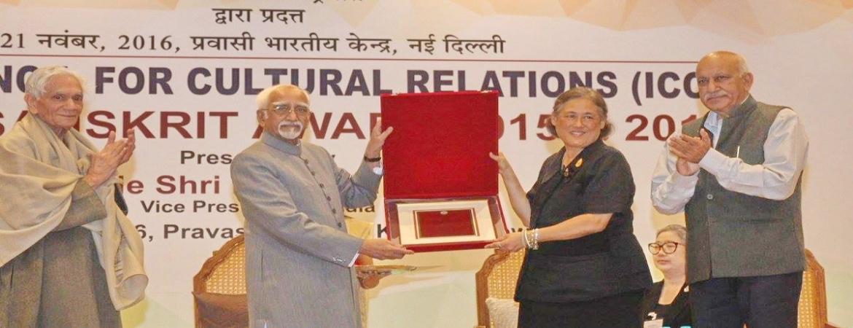 Vice President of India conferring 1st World Sanskrit Award to HRH Princess Maha Chakri Sirindhorn of Thailand in New Delhi (November 21, 2016)